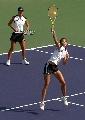 图文:六城会网球女双决赛 击球动作非常漂亮