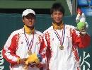 图文:六城会网球男双决赛 冠军领奖微笑致意