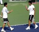 图文:六城会网球男双决赛 南京选手紧握拳头