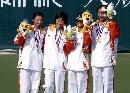 图文:六城会网球女双决赛 冠亚军站在领奖台上