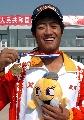 图文:韩巍展示金牌 不刮胡子的赛艇全能冠军