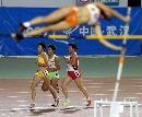 图文:城运田径赛场 撑竿跳与女子万米同时进行