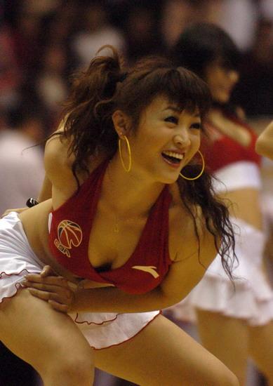 图文:[CBA]广东篮球宝贝热舞 双峰隐隐欲现