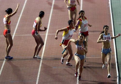 图文:城运会田径比赛 女4*400接力广州队夺金