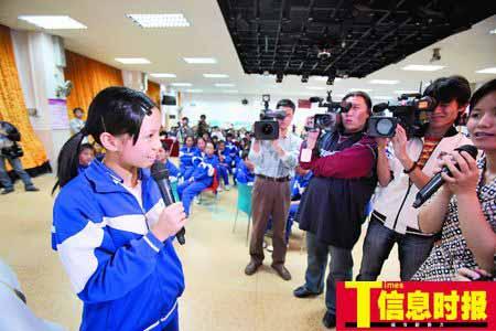 今年是广州举办第五届性文化节,性教育课第一次走进中学课堂。图为广州市四中的一名女生在现场讲解自己学到的性知识。