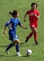 图文:女足季军争夺广州VS南通 广州球员带球