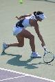 图文:网球女单决赛李婷2-0周弈妙 俯身救球