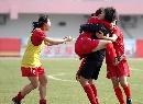 图文:南通队胜广州夺六城会女足季军 紧紧相拥