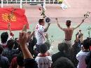 图文:女足决赛球迷热情助阵 球迷手持玫瑰助阵