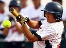 图文:南京队获得六城会女子垒球冠军 球到眼前