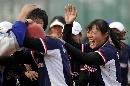 图文:南京队获得六城会女子垒球冠军 庆祝得分