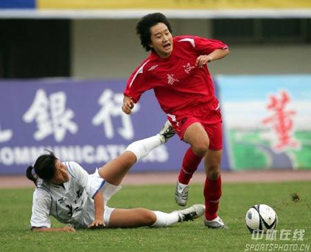 图文:武汉女足1-0大连夺冠 武汉队员遭到铲抢