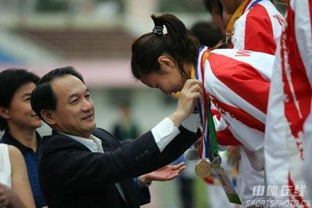 图文:武汉女足1-0大连夺冠 谢亚龙为冠军颁奖