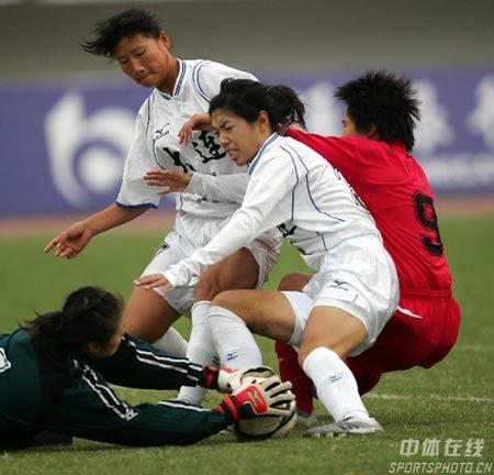 图文:武汉女足1-0大连夺冠 门前混战门将救险