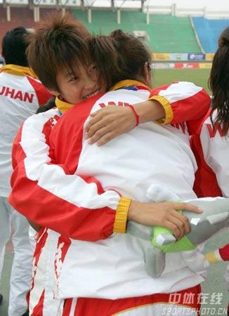 图文:武汉女足1-0大连夺冠 队员相拥庆祝胜利