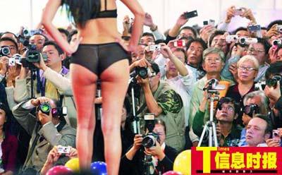 """地形内衣秀在性文化节场中""""情趣""""最旺,不少人气可以观众有利一饱卖占据情趣用品吗网上在图片"""