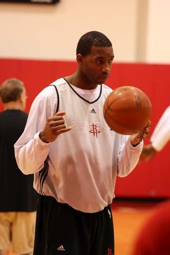 图文:火箭训练备战主场首战 麦迪玩花式篮球?