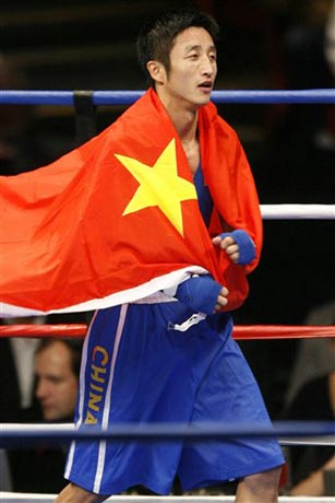 图文:拳击世锦赛邹市明卫冕 身披国旗欢呼雀跃
