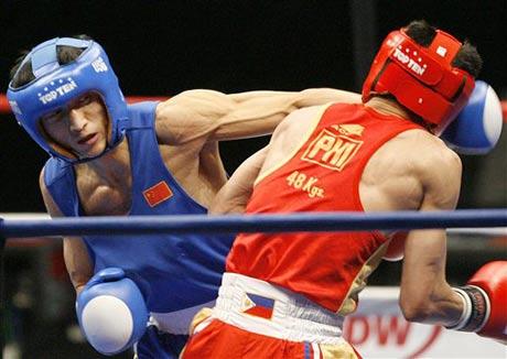 图文:拳击世锦赛邹市明卫冕 左摆拳猛击对手