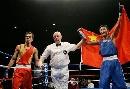 图文:拳击世锦赛邹市明卫冕 披上国旗迎接胜利