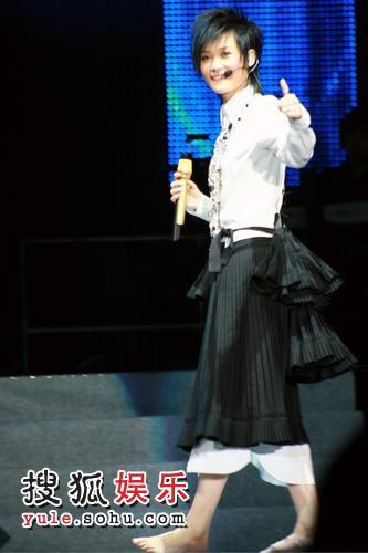 李宇春赤脚裙装亮相