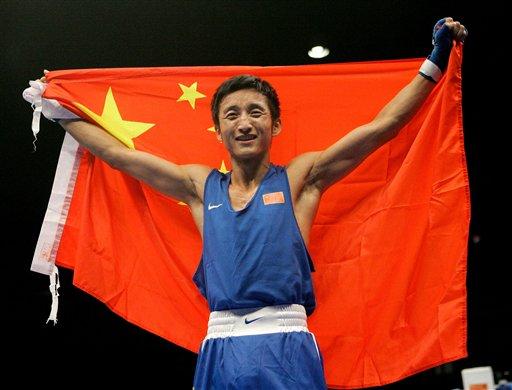 图文:拳击世锦赛邹市明卫冕 身披五星红旗