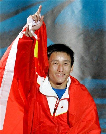 图文:拳击世锦赛邹市明卫冕 身披国旗竖起食指