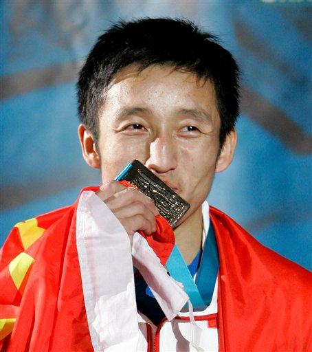 图文:拳击世锦赛邹市明卫冕 亲吻48公斤级金牌