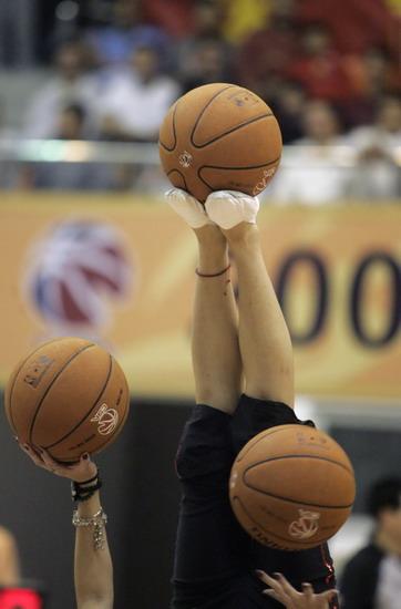 图文:[CBA]东莞篮球宝贝热舞 绝技惊人