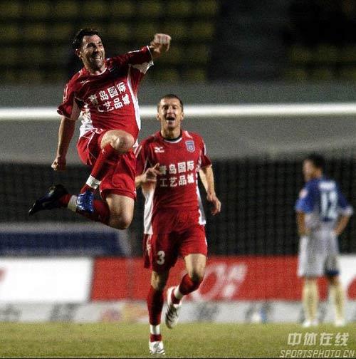 图文:[中超]深圳2-2青岛中能 米图庆祝进球