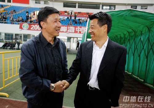 图文:[中超]上海申花1-1陕西 两少帅握手言欢