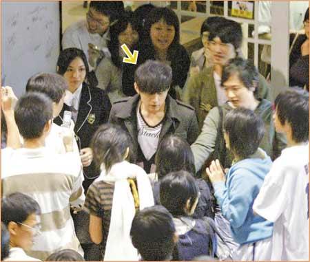 11/3 7:18pm 周杰伦(箭头处)步出餐厅被大批学生包围,干脆停下脚步帮粉丝签名
