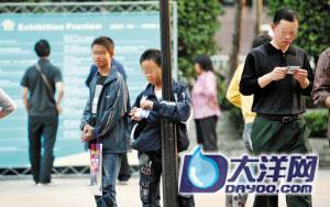展会门外聚集了很多十几岁的孩子,他们正在等待路人经过向其强派色情卡片。