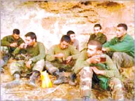 土耳其8名被俘士兵的照片