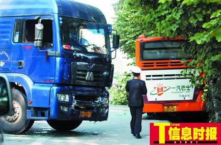 """事故中,大货车仅受""""轻微伤"""",而在其前方不远处的公交车则严重受创。段一鸣 摄"""