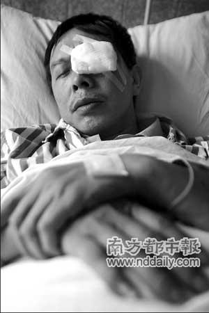 昨天上午,被殴打的公交车司机唐新明做完手术躺在病床上。