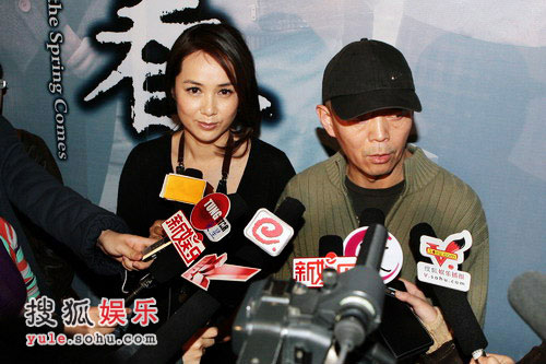 夫妇二人接受媒体群访