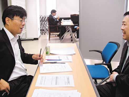 参加面试的中国同胞。左侧是面试官。(郑炳善/摄)