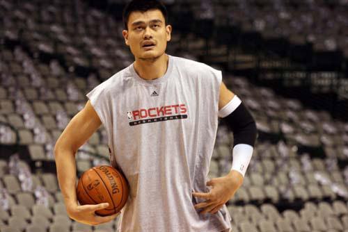 图文:[NBA]火箭VS小牛 姚明仰望篮筐
