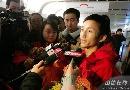 图文:中国拳击队载誉归来 媒体追逐世锦赛冠军