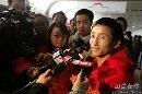 图文:中国拳击队载誉归来 邹市明平静对待荣誉