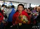 图文:中国拳击队载誉归来 英雄邹市明接受鲜花