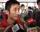 图文:邹市明载誉抵京 邹市明机场接受记者采访