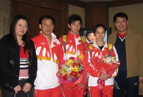 图文:中国蹦床队载誉抵京 冠军们在机场合影