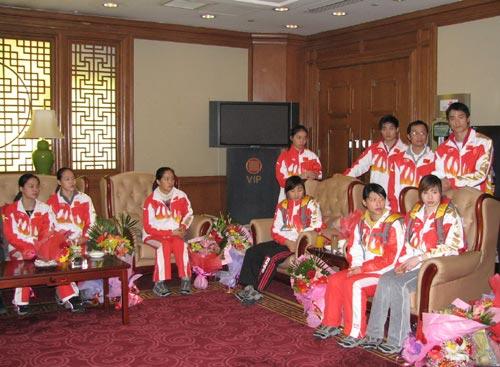 图文:中国蹦床队载誉抵京 选手们在休息室开会