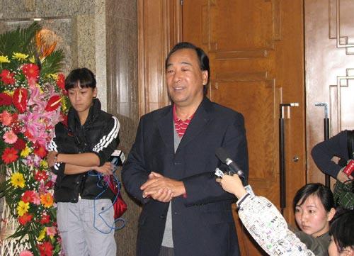 图文:中国蹦床队载誉抵京 高健机场发表讲话
