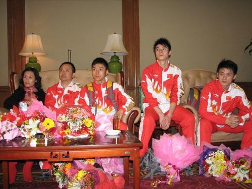 图文:中国蹦床队载誉抵京 选手们在听高健讲话