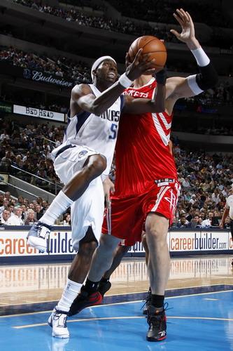 图文:[NBA]休斯顿火箭VS小牛 霍华德挑战姚明