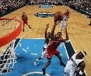 图文:[NBA]休斯顿火箭负小牛 麦迪扮演飞人