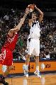 图文:[NBA]休斯顿火箭负小牛 诺维茨基中投